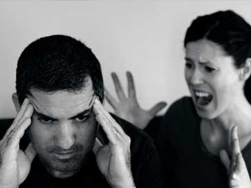 זוג צעירים עצבניים ומתוסכלים - מאמר על סיבות למריבות בזוגיות | ליאורה גרינהאוס, מטפלת זוגית בשיטת האימגו טיפול זוגי