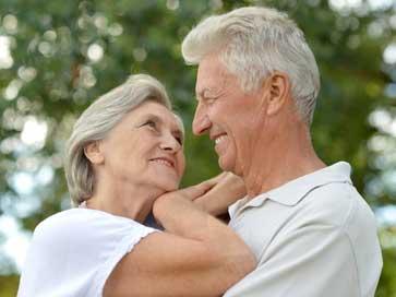זוג מבוגרים מסתכלים באהבה אחד על השני - מאמר על אינטימיות זוגית | ליאורה גרינהאוס, מטפלת זוגית בשיטת האימגו טיפול זוגי