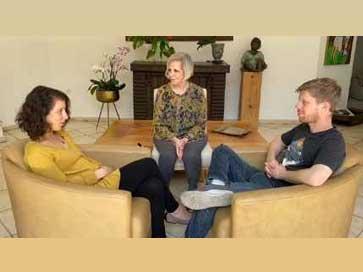 דיאלוג זוגי. זוג יושב אחד מול השני ובמרכז המטפלת ליאורה גרינהאוס, מטפלת זוגית בשיטת האימגו טיפול זוגי