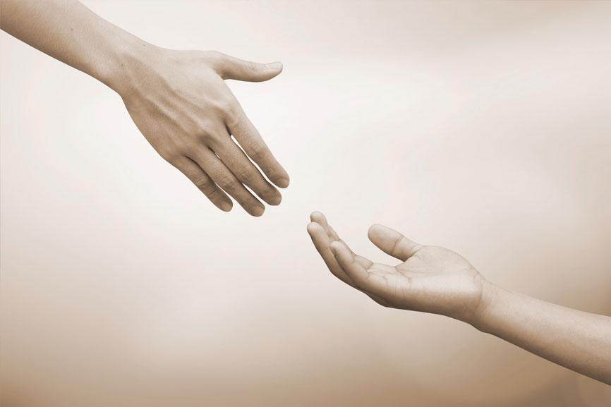 בתמונה יד זועקת לעזרה ויד מושטת לעזרה. מאמר על הסליחה הבינאישית ודיאלוג האימגו